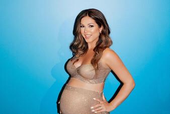 Смелое декольте и глубокий вырез: новый выход беременной Нюши